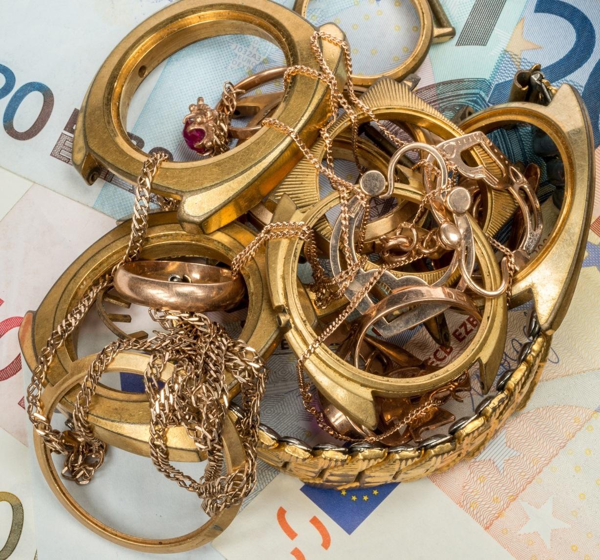 Goldschmuck auf Geldscheinen