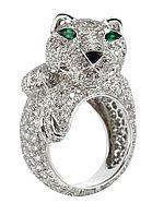 Cartier Brillantring Panther, zus. ca. 8 ct Weißgold 750, Smaragde im Tropfenschliff zus. ca. 0,15 ct, ein Onyx; Meistbot: EUR 32000