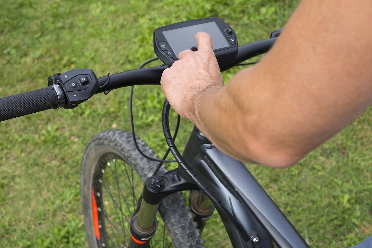 Mann bedient Display am E-Bike