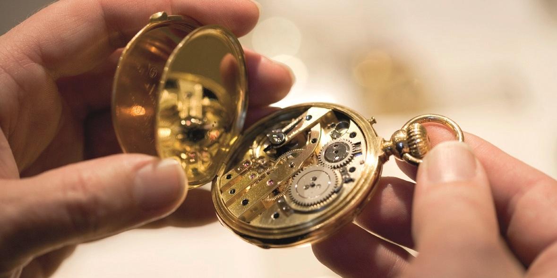 In der Volksbank Niederösterreich kannst du Schmuck, Bilder und Antiquitäten kostenlos von Dorotheum-Experten schätzen lassen