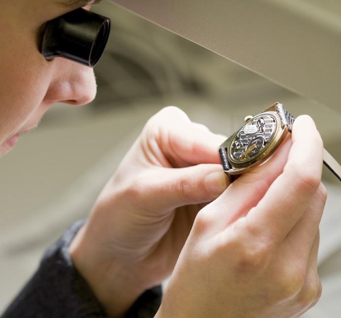 Schätzmeister mit Lupe und Uhr im Dorotheum