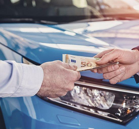 Autopfand-Kunde bekommt Geld und kann das Auto weiterhin benutzen.