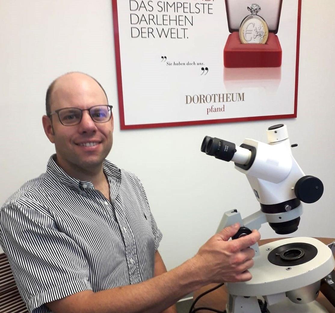 Dorian Eckmann, Leiter im Dorotheum Juwelenlabor