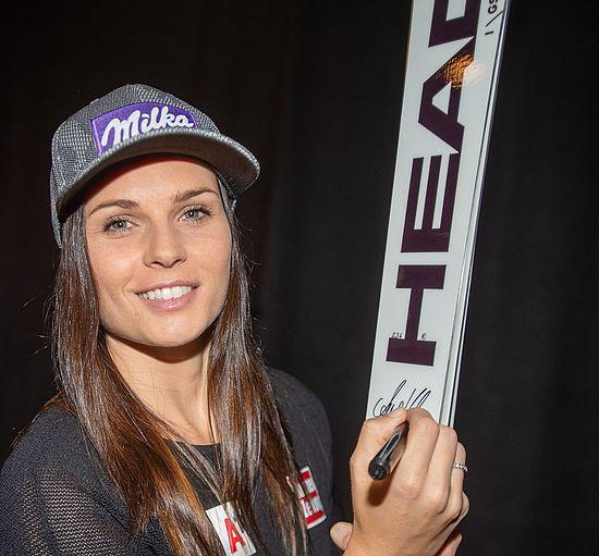 Anna Veith signiert Ski für Dorotheum-Auktion